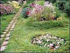 """дорожки в саду. Также на этом фото можно увидеть созданный подобным образом цветник """"ватрушка"""" (термин предложен мною...:-)))."""
