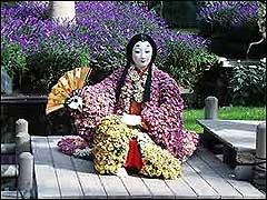 японская кукла из хризантем