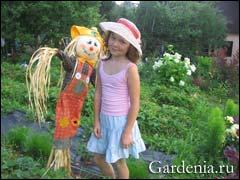 садовая кукла и внучка. Фото Марины Строгановой