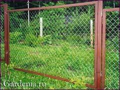 Забор из сетки рабица своими руками фото
